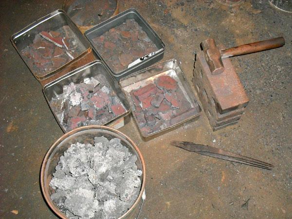 На фото – небольшие куски Тamahagane разложены по категориям