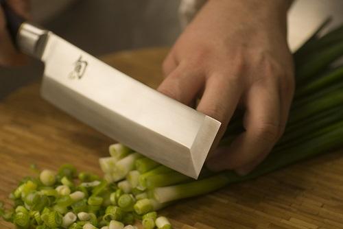 Нарезка осуществляется простым поднятием и опусканием овощного топорика