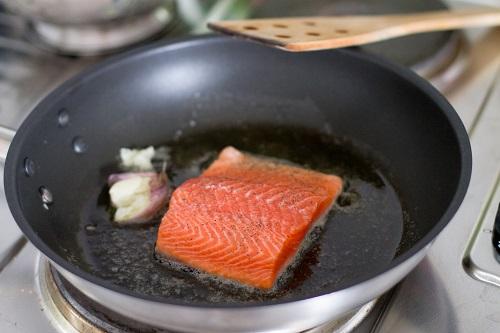 Классическая сковорода подходит для широкого спектра кулинарных операций