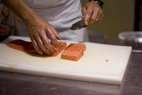 Универсальный нож не имеет узкой специализации, с его помощью можно осуществлять нарезку любых продуктов